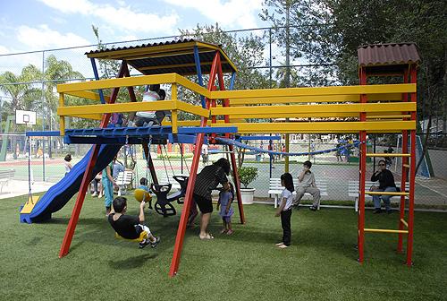 parque infantil com grama sintetica