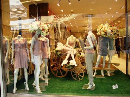 grama sintética em loja de roupa