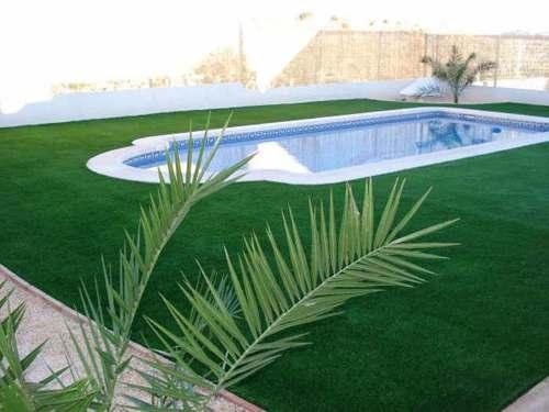 grama-sintetica-envolta da piscina