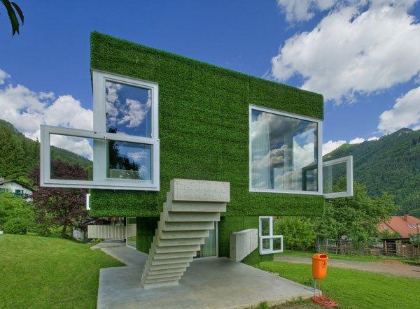 casa com grama artificial