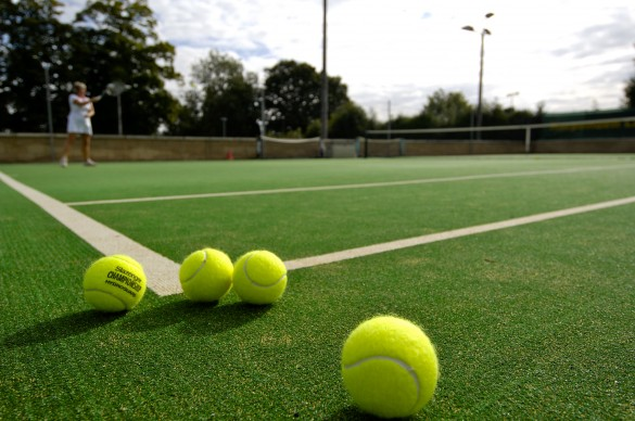 quadra-de-tenis-com-grama-artificial