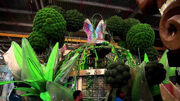 carnaval-com-grama-artificial