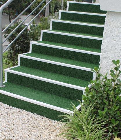 Escada Revestida com Grama Sintética