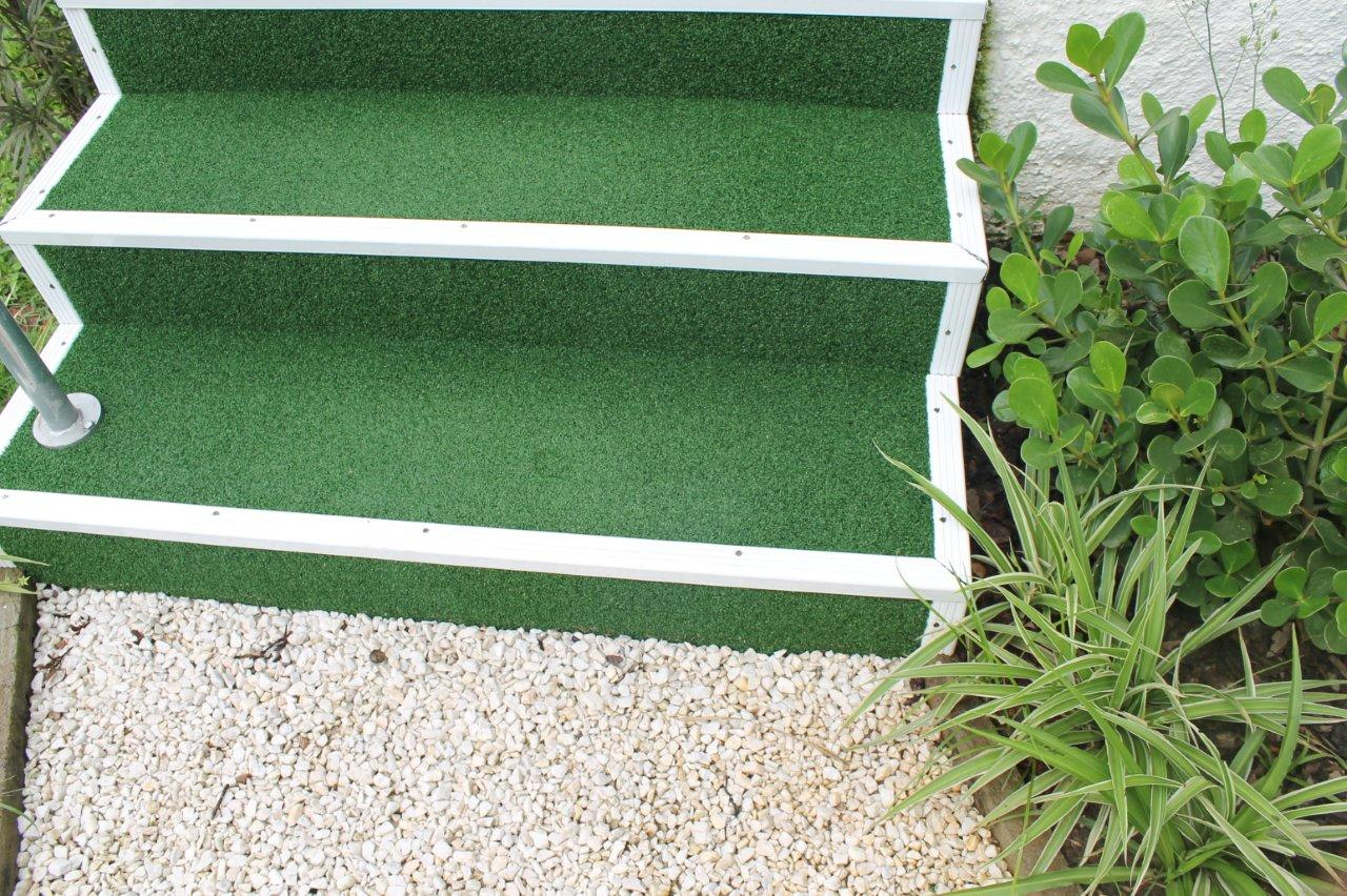 grama-artificial-na-escada