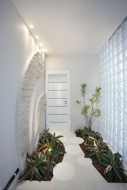 corredor branco decorado com plantas