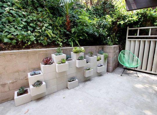 floreiras de concreto na decoração do jardim