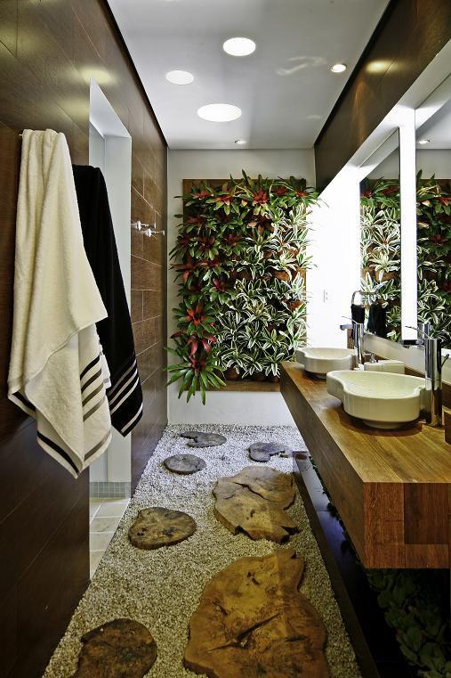 banheiro decorado com plantas e móveis de madeira