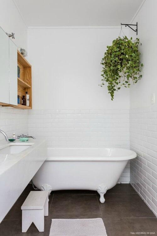 Banheiro decorado com um jardim suspenso