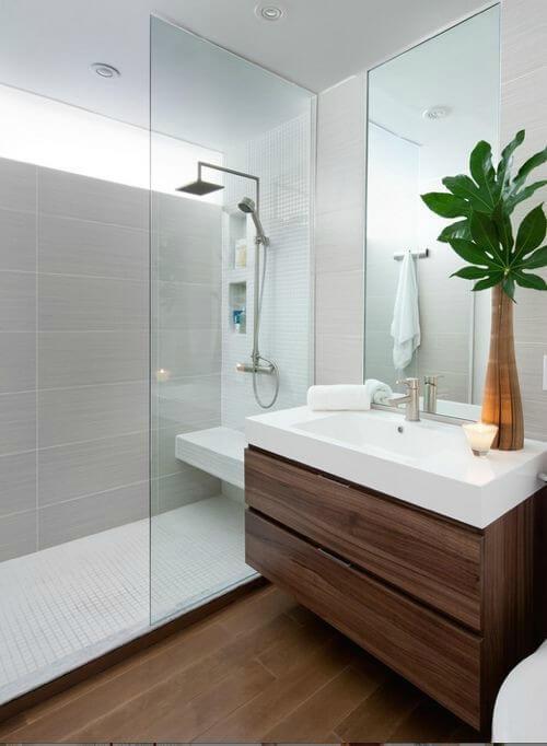 Planta em vaso de vidro decorando o banheiro