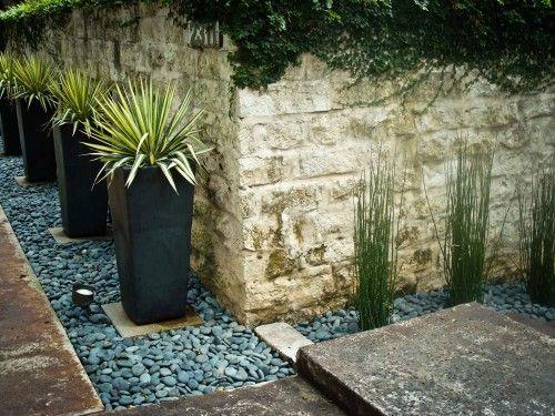 jardim artificial decorado com pedras