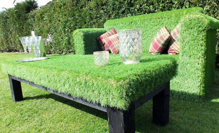 sofá de jardim com grama sintética