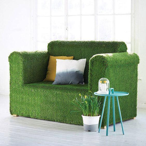 sofá revestido com grama sintética