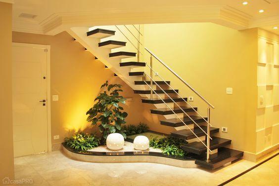 Jardim simples embaixo da escada