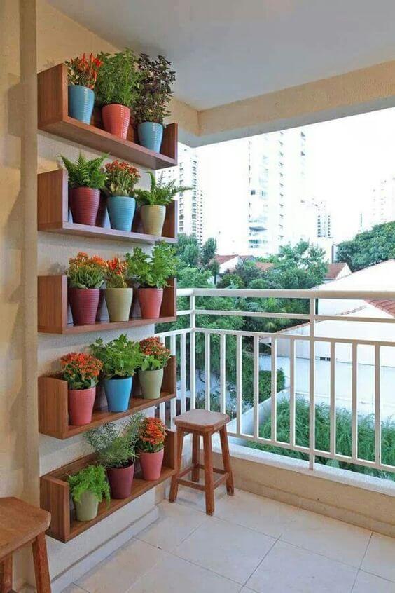 Jardim Vertical com vazos em armário