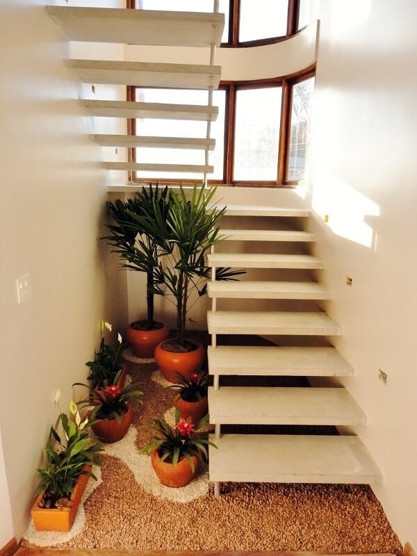 Jardim pequeno embaixo da escada