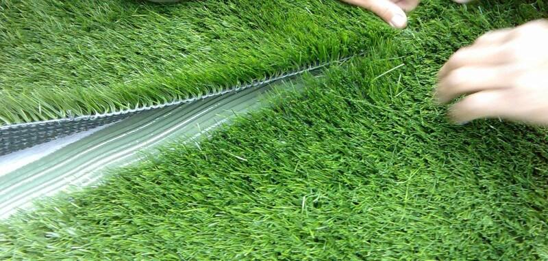 colocando grama sintética
