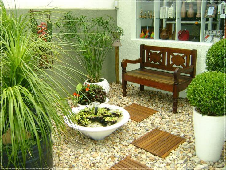 jardim com banco duplo de madeira