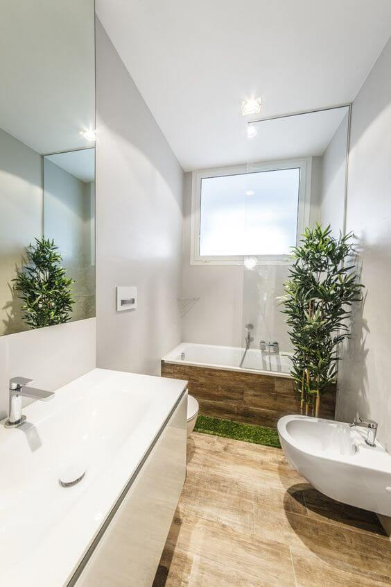 banheiro com plantas artificiais