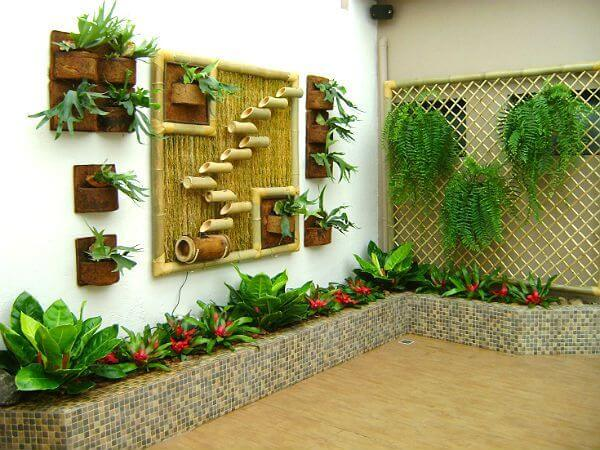 jardim pequeno decorado com vasos de xaxim