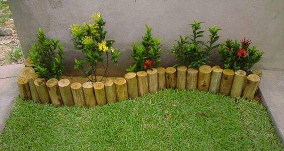 jardim de canto de muro com troncos