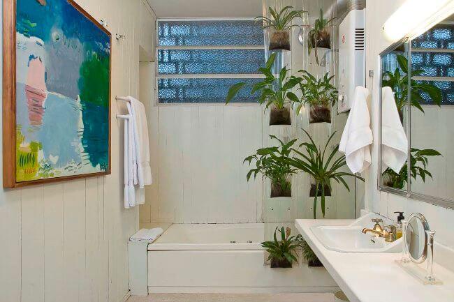Banheiro pequeno com plantas