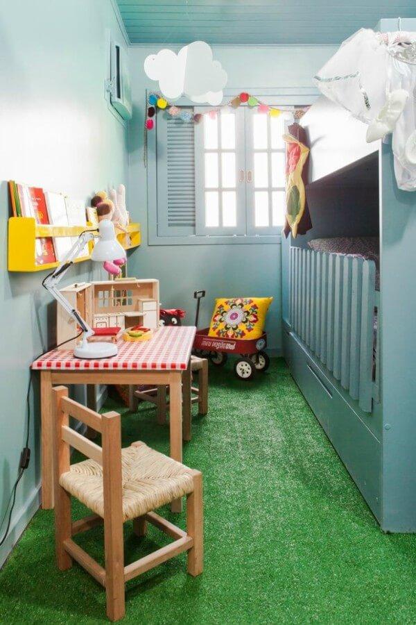 quarto infantil com tapete de grama artificial