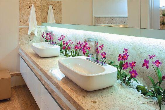 banheiro com jardim com pedras brancas