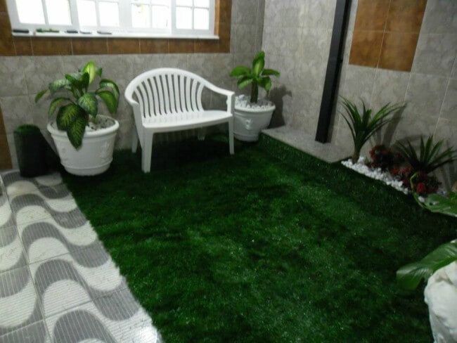 jardim pequeno com grama sintética