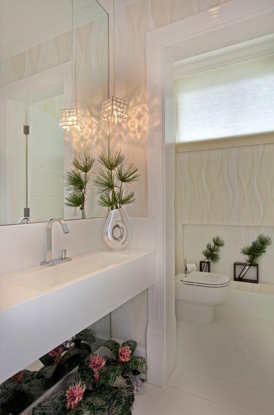 banheiro com vazos de planta