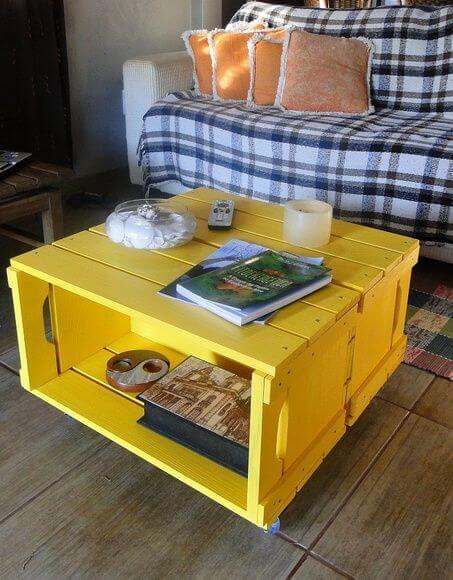mesa de centro de caixote amarelo