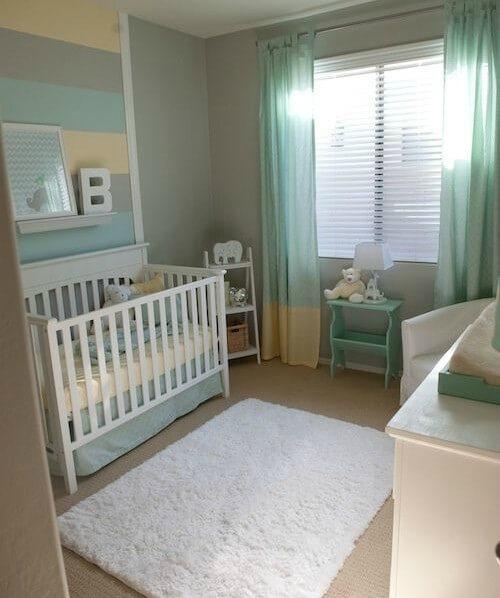 berco de bebê longe da janela no quarto