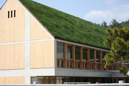 telhado verde inclinado com grama sintética