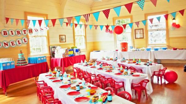 Mesas com pratos plásticos de festa de aniversário