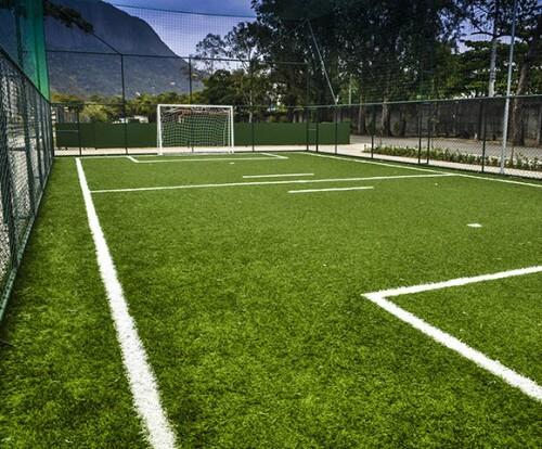 Quadra de futebol com grama sintética