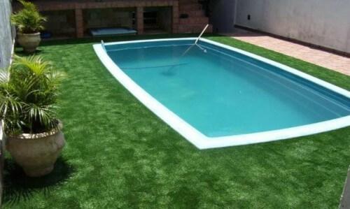 Entorno de piscina em grama sintética