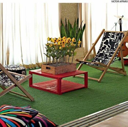 Sala decorada com piso de grama sintética