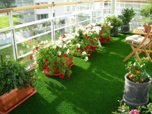 Sacada decorada com grama sintética
