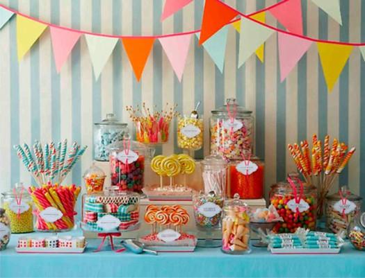 Mesa com balas e doces de festa infantil