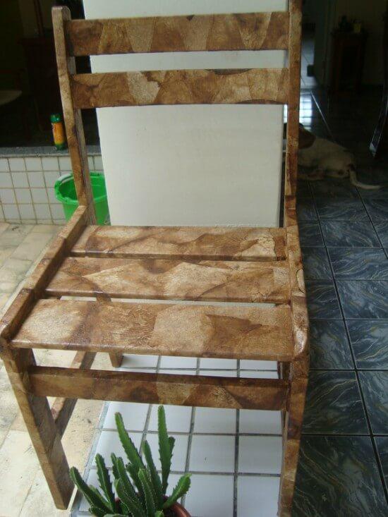 Cadeira de madeira revestida com filtros de café usados