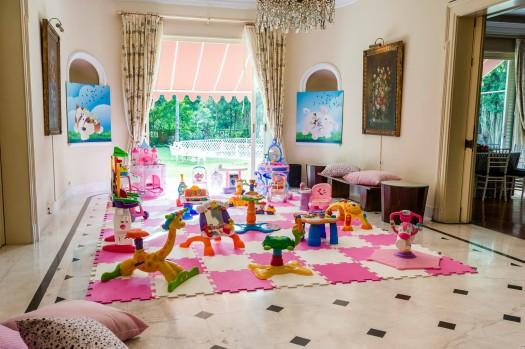 Cantinho de brincadeiras decorado com EVA rosa e branco