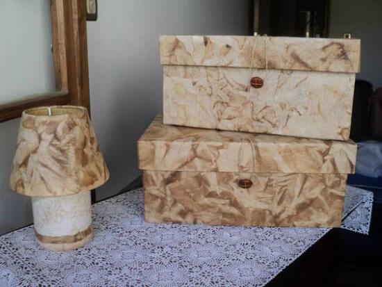 Caixas e abajur revestidos com filtros de café usados