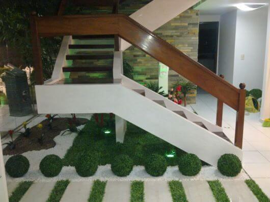 grama artificial para jardim em baixo de escada