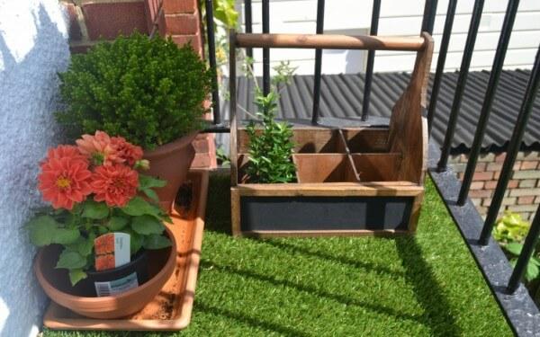 grama sintética em jardim artificial de sacada