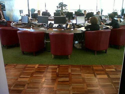 Escritório com tapete de grama sintética