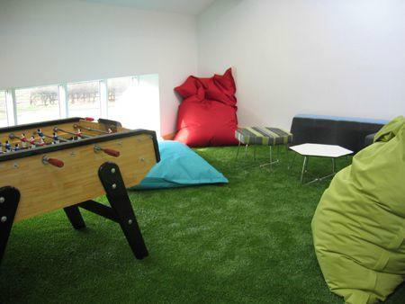 Sala de relaxamento com tapete de grama sintética