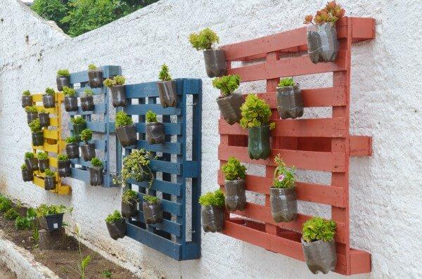 Horta vertical feita com pallets e garrafas pet