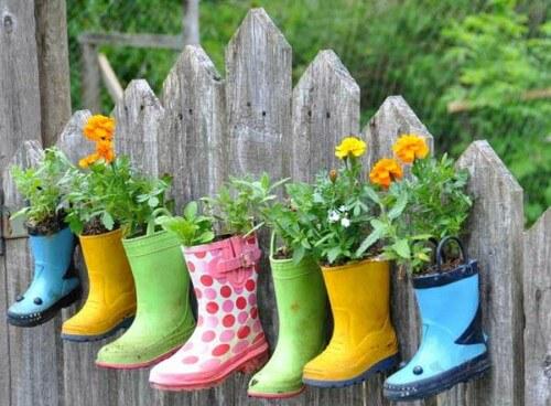 Galochas servindo de vaso para jardim vertical
