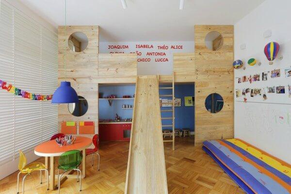 Ambiente com escorregador de madeira