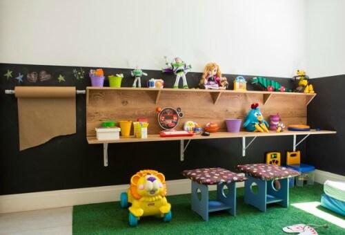 Brinquedoteca com tapete de grama sintética e brinquedos