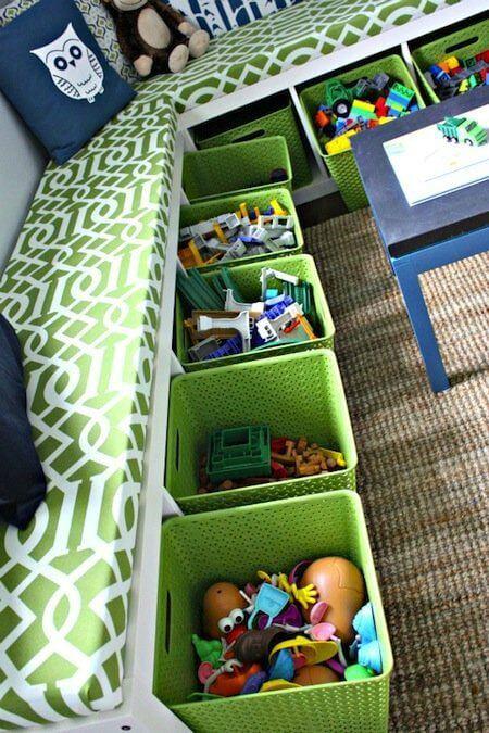 Quarto com caixas organizadoras